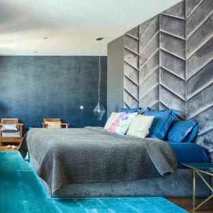Foto de dormitorio principal, contemporáneo, grande, con paredes grises, suelo de madera en tonos medios y suelo marrón