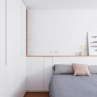 На фото: большая хозяйская спальня в современном стиле с белыми стенами, полом из бамбука и коричневым полом без камина с