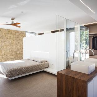 Imagen de dormitorio principal, actual, grande, con paredes blancas y suelo gris