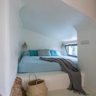 Foto de dormitorio principal, mediterráneo, pequeño, con paredes blancas y suelo de cemento