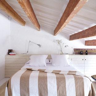 Modelo de dormitorio mediterráneo, grande, con paredes blancas, suelo de madera pintada y suelo blanco