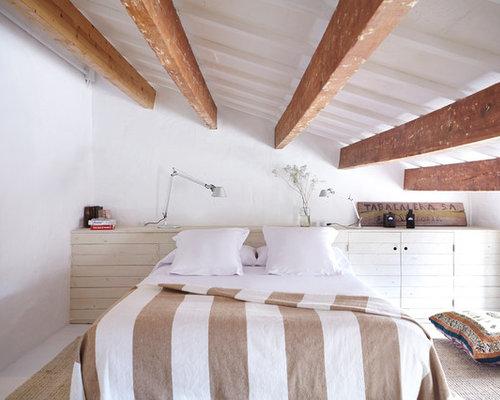 Modelo De Dormitorio Mediterráneo, Grande, Con Paredes Blancas, Suelo De  Madera Pintada Y