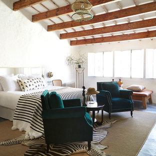 Idéer för att renovera ett stort medelhavsstil huvudsovrum, med vita väggar, klinkergolv i terrakotta och rött golv
