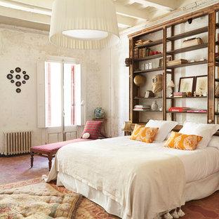 Diseño de dormitorio principal, mediterráneo, grande, con paredes blancas, suelo de baldosas de terracota y suelo rojo