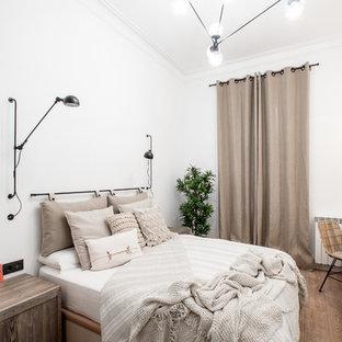 Foto de habitación de invitados campestre con paredes blancas, suelo de madera en tonos medios y suelo marrón