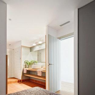 Diseño de dormitorio principal, escandinavo, de tamaño medio, sin chimenea, con paredes blancas y suelo de baldosas de terracota
