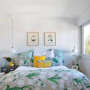 Ejemplo de dormitorio exótico con paredes blancas