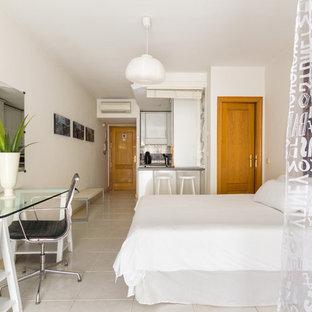 Diseño de dormitorio tipo loft, clásico renovado, de tamaño medio, sin chimenea, con paredes blancas y suelo de baldosas de cerámica