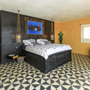 Ejemplo de dormitorio principal, ecléctico, grande, sin chimenea, con paredes multicolor y suelo de baldosas de cerámica