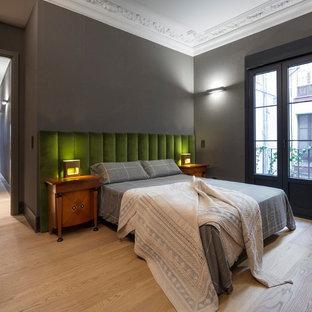 Foto de dormitorio principal, contemporáneo, de tamaño medio, con paredes grises y suelo de madera clara