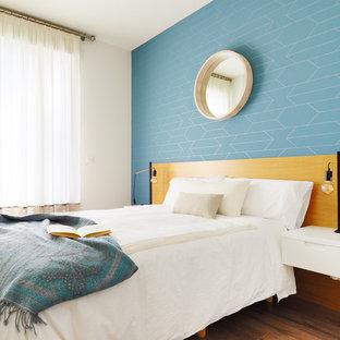 Foto de dormitorio actual con paredes azules, suelo de madera oscura y suelo marrón