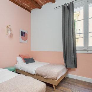 Diseño de habitación de invitados nórdica, de tamaño medio, con paredes rosas y suelo de madera oscura