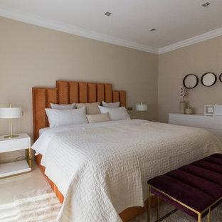 Diseño de dormitorio contemporáneo con paredes beige y suelo beige