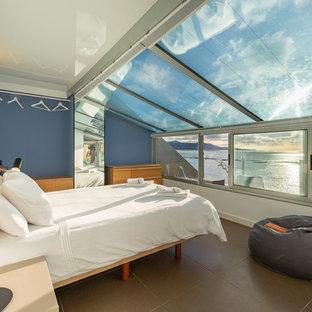Diseño de dormitorio contemporáneo con suelo gris y paredes azules