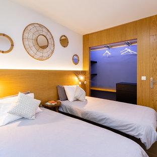 Ejemplo de habitación de invitados contemporánea con paredes blancas