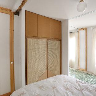 Bild på ett mellanstort funkis huvudsovrum, med vita väggar och linoleumgolv
