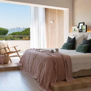 Foto de dormitorio principal, escandinavo, con paredes beige, suelo de madera clara y suelo beige