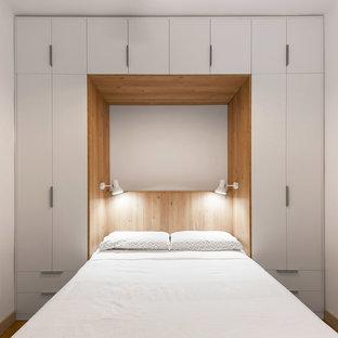 Diseño de dormitorio nórdico, pequeño, con paredes blancas