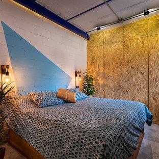 Idee per una camera da letto stile loft minimalista con pareti blu, pavimento in marmo e pavimento grigio