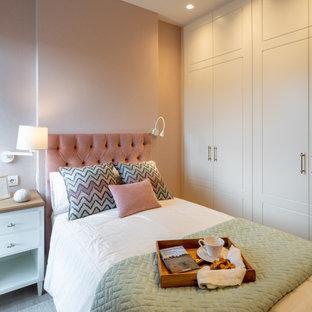 Diseño de habitación de invitados bandeja y papel pintado, contemporánea, pequeña, sin chimenea, con paredes rosas, suelo laminado, suelo marrón y papel pintado
