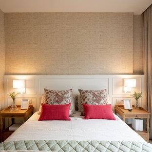 Modelo de dormitorio principal y papel pintado, contemporáneo, pequeño, papel pintado, sin chimenea, con paredes beige, suelo laminado, suelo marrón y papel pintado