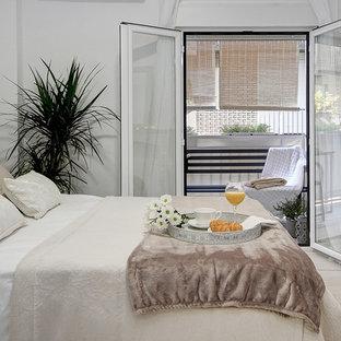 Exemple Du0027une Chambre Parentale Romantique Avec Un Mur Blanc, Un Sol En  Carrelage