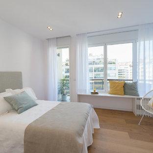 Modelo de habitación de invitados contemporánea con paredes blancas y suelo de madera en tonos medios