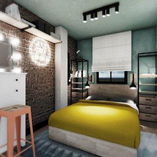 Kleines Industrial Hauptschlafzimmer mit grüner Wandfarbe, braunem Holzboden, braunem Boden und Ziegelwänden in Madrid