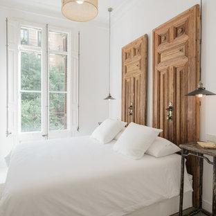 Diseño de dormitorio principal, mediterráneo, de tamaño medio, con paredes blancas
