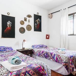 Diseño de habitación de invitados exótica con paredes blancas y suelo marrón