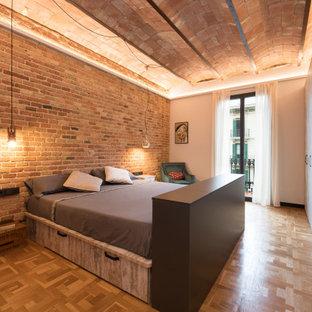 Foto de dormitorio principal, abovedado y ladrillo, urbano, grande, ladrillo, sin chimenea, con paredes blancas, suelo de baldosas de porcelana, suelo blanco y ladrillo