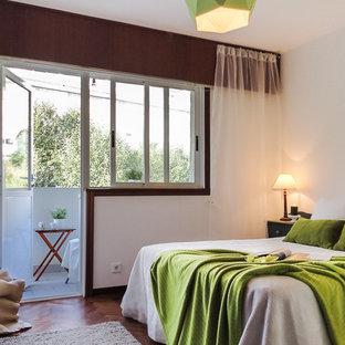 Ejemplo de habitación de invitados tradicional renovada, de tamaño medio, sin chimenea, con paredes blancas y suelo de madera en tonos medios