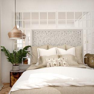 Foto di una piccola camera matrimoniale rustica con pareti bianche, pavimento in legno massello medio e pavimento marrone