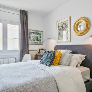 Diseño de habitación de invitados bohemia, pequeña, con paredes blancas, suelo de baldosas de porcelana y suelo gris