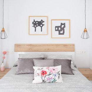 Ejemplo de habitación de invitados costera, de tamaño medio, con paredes blancas, suelo gris y suelo de baldosas de cerámica
