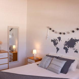 Diseño de dormitorio principal, contemporáneo, pequeño, sin chimenea, con paredes blancas, suelo de baldosas de cerámica y suelo beige