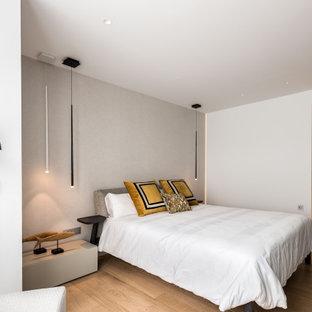 Ejemplo de dormitorio principal, actual, de tamaño medio, con paredes blancas y suelo beige