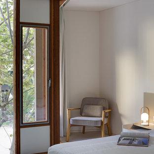 Imagen de dormitorio principal, moderno, con paredes blancas, suelo de cemento y suelo blanco