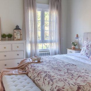 Exemple d'une grand chambre parentale romantique avec un mur beige, un sol en bois foncé et un sol marron.