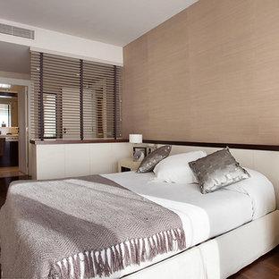 Diseño de dormitorio principal, escandinavo, grande, sin chimenea, con paredes beige y suelo de madera oscura