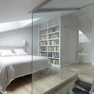 Imagen de dormitorio tipo loft, clásico renovado, con paredes blancas, suelo de madera clara y suelo beige