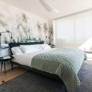 Diseño de dormitorio principal, marinero, de tamaño medio, sin chimenea, con paredes multicolor, suelo de madera clara y suelo beige