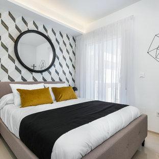 Modelo de dormitorio actual con paredes blancas y suelo beige