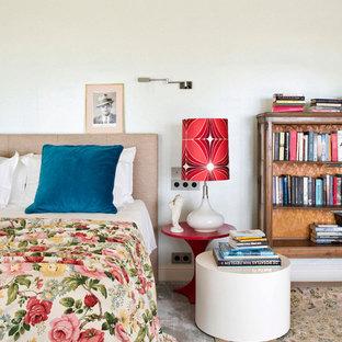 Diseño de dormitorio ecléctico con paredes blancas, moqueta y suelo multicolor