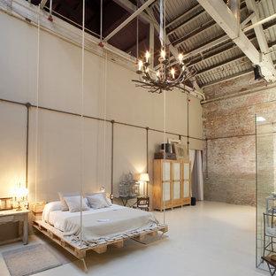 Ejemplo de dormitorio principal, industrial, extra grande, sin chimenea, con paredes beige