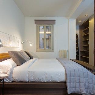 Ejemplo de dormitorio principal, actual, de tamaño medio, con paredes blancas, suelo de madera oscura y suelo marrón