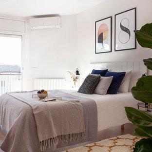Foto de habitación de invitados escandinava con paredes blancas, suelo de madera en tonos medios y suelo marrón