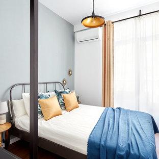 Diseño de habitación de invitados contemporánea, pequeña, con suelo de madera oscura, paredes blancas y suelo marrón