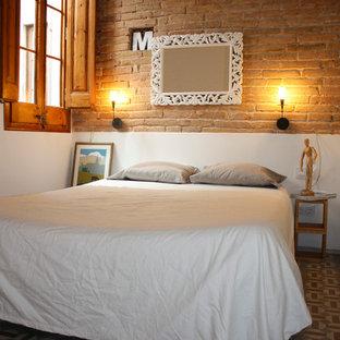Idee per una camera matrimoniale scandinava di medie dimensioni con moquette, pareti arancioni e nessun camino