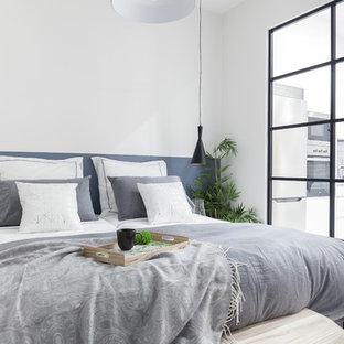 Diseño de dormitorio principal, nórdico, de tamaño medio, con paredes blancas, suelo laminado y suelo gris